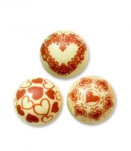 Bolas-de-chocolate-blanco-con-corazones-para-decorar-tartas